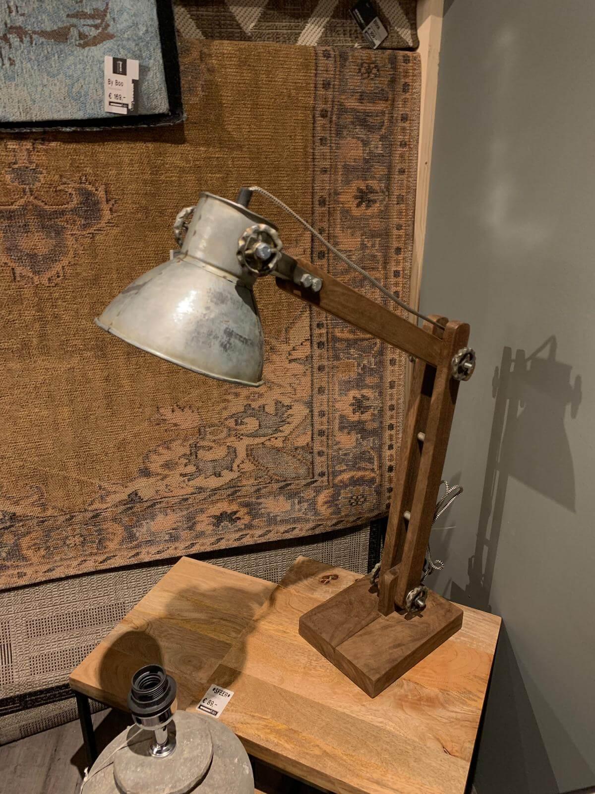 Lamp met houten voet (1)